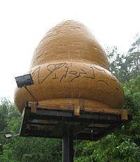Un model al obiectului prăbușit, creat inițial pentru emisiunea Unsolved Mysteries; a fost amplasat în apropiere de departamentul de pompieri din Kecksburg.