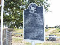 Un însemn al Comisiei istorice din Texas, în afara Cimitirului din Aurora, locul presupus al înmormântării unui pilot de OZN, care menţionează pe scurt incidentul.