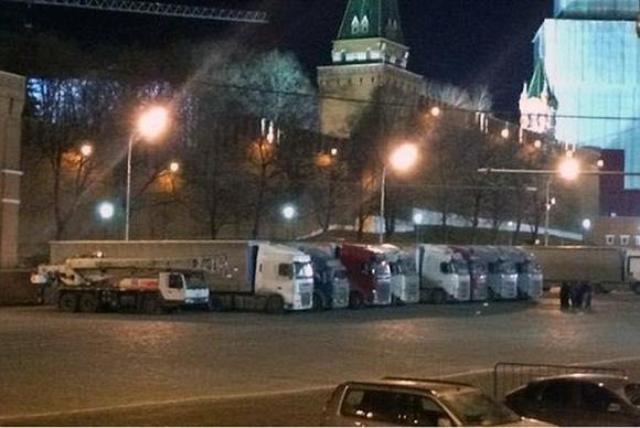 Se speculează că ar putea exista o legătură între camioanele parcate în Kremlin şi dispariţia lui Vladimir Putin FOTO: dailymail.co.uk